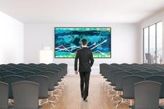 Mężczyzna odprowadzenie w kierunku rynek walutowy mapy Obrazy Royalty Free