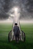Mężczyzna odprowadzenie w kierunku sukcesu drzwi przy niebem Fotografia Royalty Free