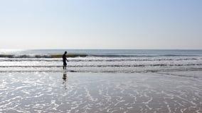 Mężczyzna odprowadzenie w wodzie morskiej z głowa puszkiem Fotografia Stock