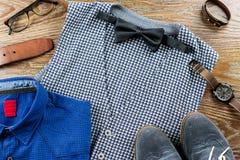 Mężczyzna odzieżowi i akcesoria mody set Kamizelka, bowtie, koszula, buty na drewnianym tle Fotografia Royalty Free