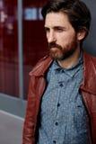 Mężczyzna odziewał jego kurtkę i pójść balkon na jasnym dniu Fotografia Royalty Free