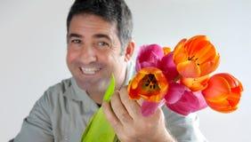 Mężczyzna oferuje bukiet tulipanów kwiaty Fotografia Royalty Free