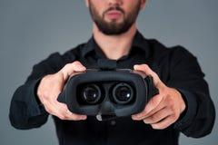 Mężczyzna oferuje odzieży szkła rzeczywistość wirtualną, VR gogle, słuchawek szkła zdjęcie stock