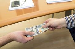 Mężczyzna ofiara sto dolarowych rachunków - ręce do góry banknotów pojęcia korupci dolarowej koperty odosobniony biel Obrazy Stock
