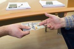 Mężczyzna ofiara sto dolarowych rachunków - ręce do góry banknotów pojęcia korupci dolarowej koperty odosobniony biel Fotografia Stock
