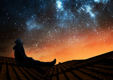 Mężczyzna ogląda gwiazdy obraz stock