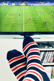 Mężczyzna ogląda mecz piłkarskiego w TV Zdjęcia Stock