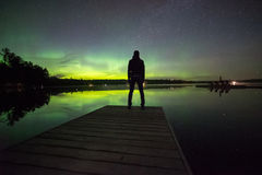 Mężczyzna ogląda północnych światła obraz royalty free