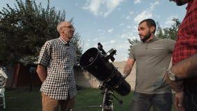 Mężczyzna ogląda teleskop na podwórku zbiory