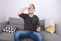 Mężczyzna ogląda tv sport, zdjęcie royalty free