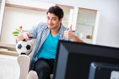Mężczyzna ogląda tv w domu fotografia royalty free