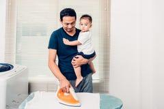 Mężczyzna ojca prasowania odzieżowy syn obrazy royalty free