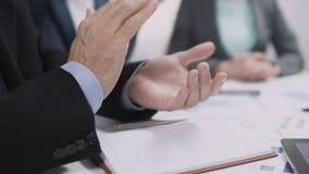 Mężczyzna oklaskuje przy konferencją w kostiumu, zatwierdzający budżet dla ćwiartki, wręcza zbliżenie zbiory wideo