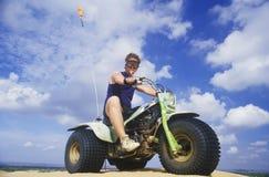 Mężczyzna okrakiem na 3 toczył rekreacyjnego pojazd w Małym Sahara stanu parku, Oklahoma obrazy stock
