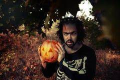 mężczyzna okropny Ludzcy żywi trupy trzyma bani w ona ręki Symbol wakacyjny Halloween Zdjęcia Royalty Free