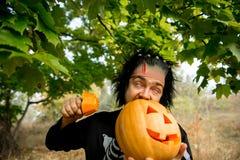 mężczyzna okropny Ludzcy żywi trupy trzyma bani w ona ręki Symbol wakacyjny Halloween Fotografia Royalty Free