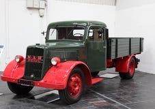 MĘŻCZYZNA Oleju napędowy ciężarówka od 1955 Zdjęcie Royalty Free