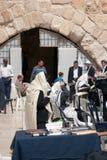 Mężczyzna one modlą się przy Wy ścianą. Obraz Stock