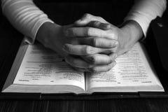 Mężczyzna ono Modli się bóg z Jego biblią, modlitwa z Czytać biblię zdjęcie royalty free