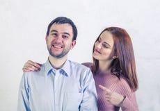 Mężczyzna ono uśmiecha się pokazywać jego zęby dziewczyna pokazuje on jej spojrzenia przy on i palec obrazy royalty free