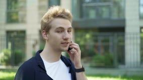 Mężczyzna opowiada na mrugać i telefonie zdjęcie wideo