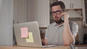 Mężczyzna opowiada na smartphone zbiory wideo