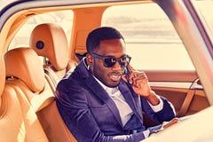 Mężczyzna opowiada na smartphone w samochodzie obrazy stock