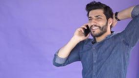Mężczyzna opowiada na telefonie zdjęcie wideo