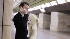 Mężczyzna opowiada na telefonie i martwiący się zbiory