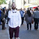 Mężczyzna opowiada na telefonie w białej koszula, łęku krawacie i Burgundy skrótach Obrazy Stock