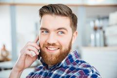 Mężczyzna opowiada na telefonie w sklep z kawą Zdjęcie Royalty Free