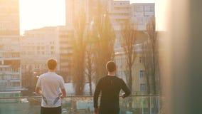 Mężczyzna opowiada po jogging w mieście zbiory wideo