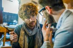 Mężczyzna opowiada strategię z klientem lub kolegą Grupa wieloetniczni ludzie ma biznesu drużynowego spotkania w restauracji obrazy royalty free