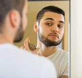 Mężczyzna opryskiwania woni pachnidło Fotografia Stock