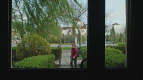 Mężczyzna Opuszcza dom i Wracał obraz stock