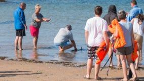 Mężczyzna opuszcza jego ryba w dennego połowu rywalizaci Obrazy Royalty Free