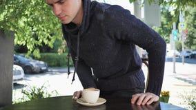 Mężczyzna Opuszcza kawiarnia taras zbiory wideo