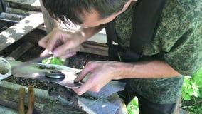 Mężczyzna ostrzy nóż benzyna warkocz Z pomocą kartoteki robi ostrego rozcięcia ukazywać się zdjęcie wideo