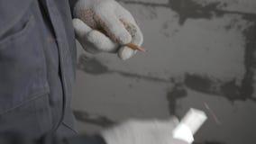 Mężczyzna ostrzy ołówek z budowa nożem zbiory