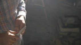 Mężczyzna ostrzy ołówek z nożem zdjęcie wideo
