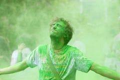 Mężczyzna otrzymywa zielonego koloru proszek Obrazy Royalty Free