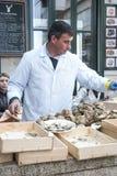 Mężczyzna otwarcia ostrygi w restauraci Obraz Royalty Free