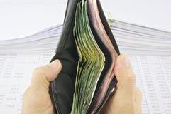 Mężczyzna otwarty portfel pełno rachunki Obrazy Royalty Free