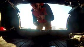 Mężczyzna otwiera bagażnika bierze klucze samochodowa samochodowa awaria na drodze Samochodowa awaria na drodze wypadek na a zbiory wideo