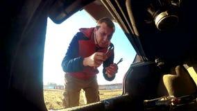 Mężczyzna otwiera bagażnika bierze klucze samochodowa samochodowa awaria na drodze Samochodowa awaria na drodze wypadek na a zdjęcie wideo