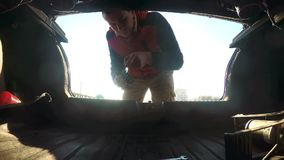 Mężczyzna otwiera bagażnika styl życia bierze klucze samochodowa samochodowa awaria na drodze Samochodowa awaria na drodze E zdjęcie wideo
