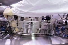 Mężczyzna otwiera chemicznego reaktor Rektor przemysł farmaceutyczny Mężczyzna zamyka reaktor Produkcja granuluje, suspen, zdjęcie stock