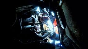 Mężczyzna otwiera czapeczki naprawę bierze klucze samochodowa samochodowa awaria na drodze Samochodowa awaria na drodze wypadek n zdjęcie wideo