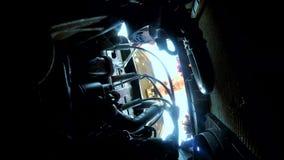 Mężczyzna otwiera czapeczki naprawę bierze klucze samochodowa samochodowa awaria na drodze Samochodowa awaria na drodze wypadek n zbiory wideo