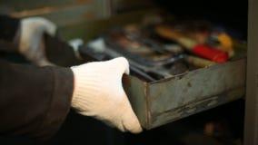 Mężczyzna otwiera metal szafę i pcha pudełko narzędzia zdjęcie wideo